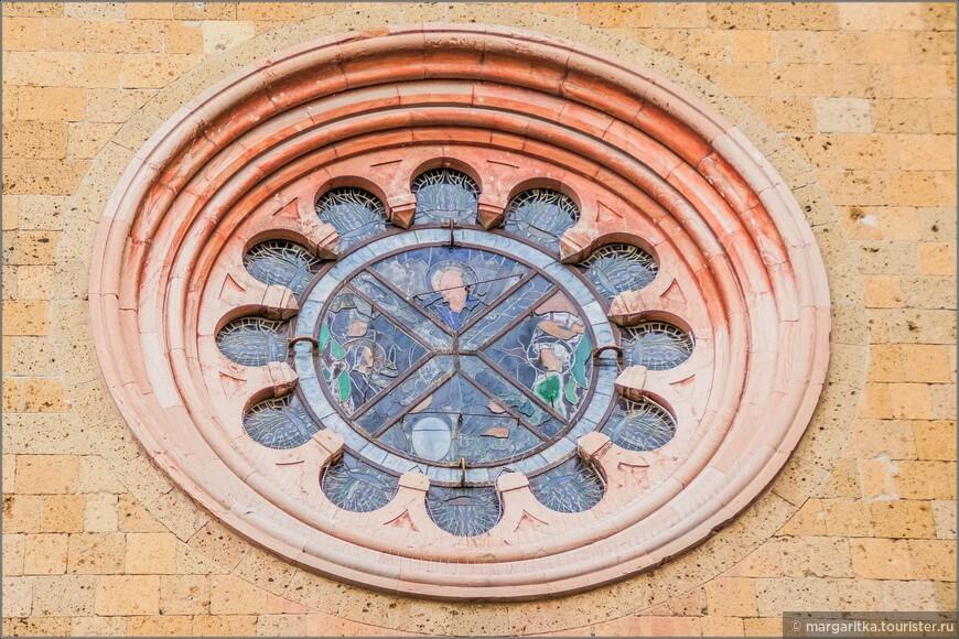 Трёхчастный западный фасад церкви также представляет собой результат сложной работы реставраторов начала 20 века. В нём объединились традиционная композиция романской ломбардской архитектуры, древний мраморный портал 14 века и новые элементы эпохи модерна, например, витраж в круглом окне-розе, декорация из майолики и терракоты.