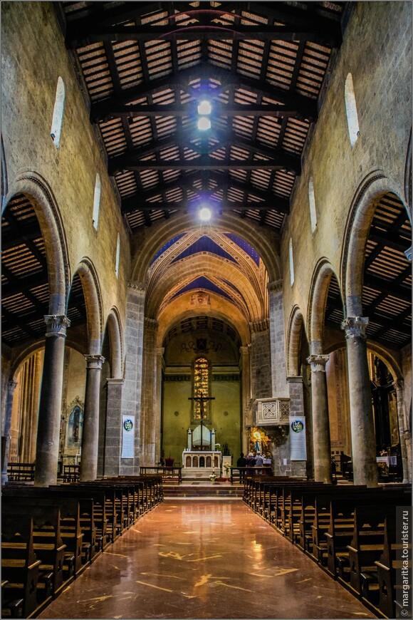 В плане церковь имеет форму латинского креста, с тремя нефами, отделёнными друг от друга лёгкой арочной колоннадой, с трансептом и полукруглой апсидой. Нефы перекрыты деревянной балочной системой, а пересечение центрального нефа и трансепта подчёркнуто крестовым сводом. Внешние стены церкви сооружены из традиционного в Орвието туфа, а пол - из мрамора. Внутри церковь сохранила прежнюю базиликальную структуру с тремя нефами, разделенными высокими колоннами из гранита, привезенного с Востока.