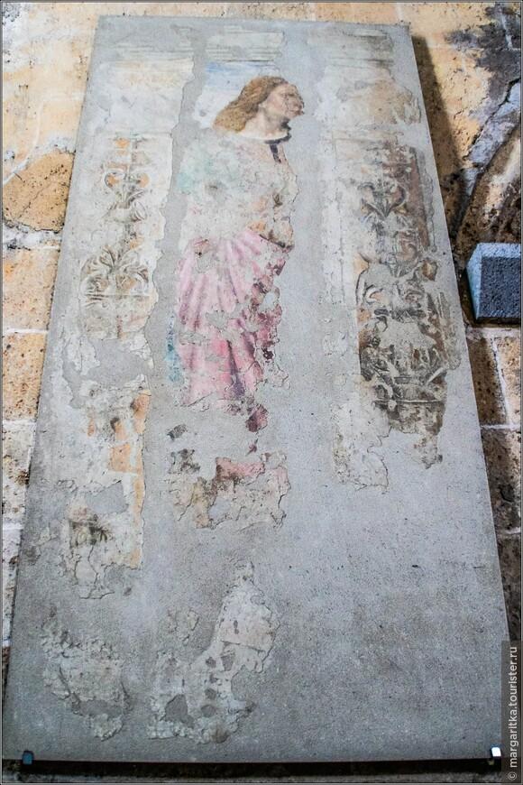 В интерьере сохранились фрески 14 – 15 веков, которые приписываются живописцам школы Синьорелли.