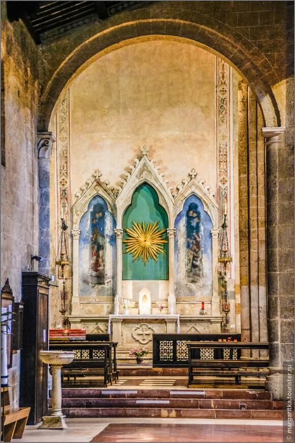 Скромное внутреннее убранство, без излишней помпезности в храме св. Апостола Андрея  создает совершенно потрясающую атмосферу
