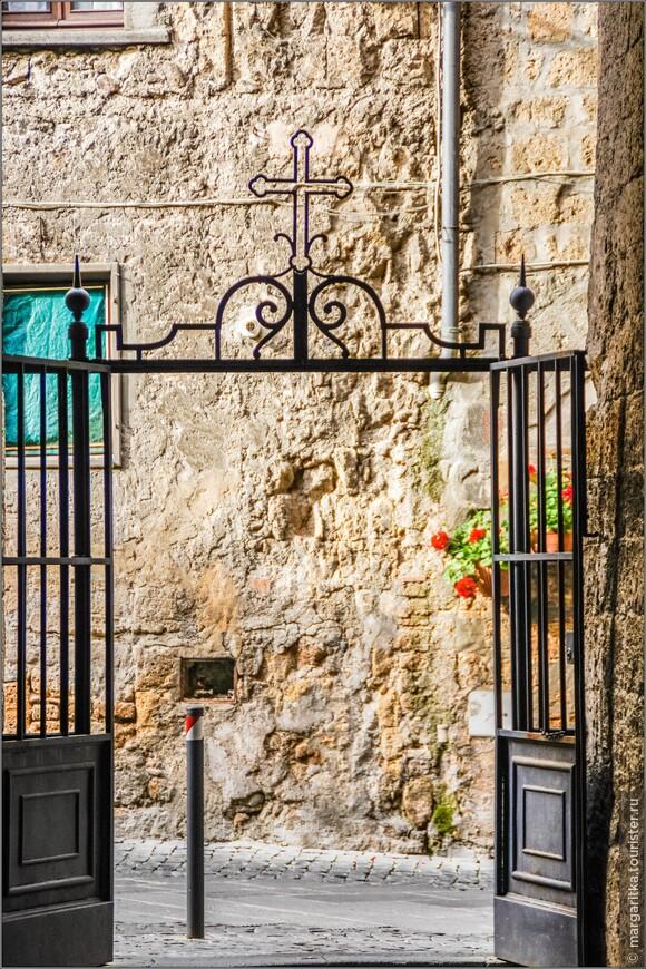 выход  с боковой калитки храма св. Андрея на via Manente