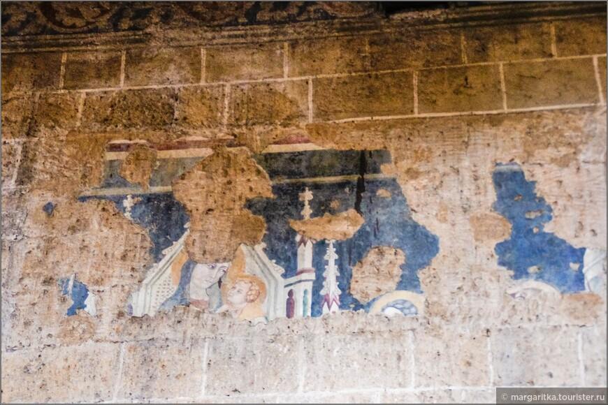 сохраненные в первозданном виде фрески способствуют созданию определённого философского настроя, что всё преходящее в этом мире.