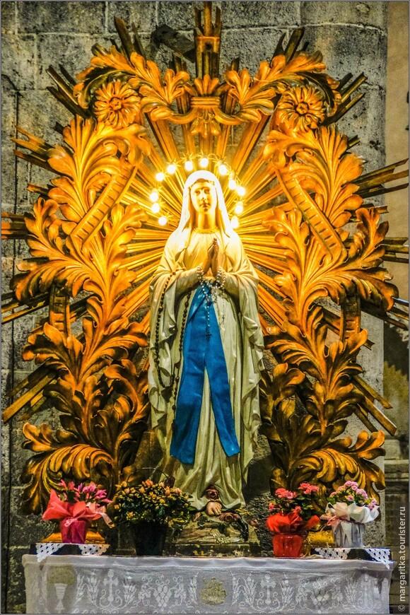 фигура Девы Марии всё время освящается