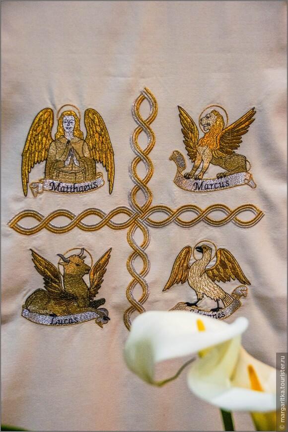 символы 4-х Евангелистов: 1 Ангел, символ св. Матфея. 2.Лев, символ св. Марка. 3.Орел, символ св. Иоанна. 4.Крылатый бык, символ св. Луки.