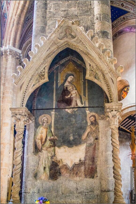 Ближе к алтарю, также справа, — гробница Магалотти (Sepolcro dei Magalotti), представляющая собой высокий каменный киот, изваянный учениками флорентийца Арнольфо ди Камбио, в центре которого — большой богородичный образ, напоминающий произведения сиенца Лоренцетти.