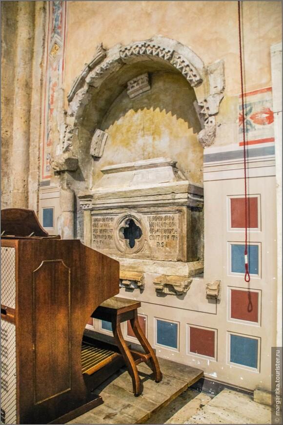Среди достопримечательностей церкви можно отметить гробницу в нише, созданную в начале 14 века, тоже относимую к мастерами круга Арнольфо ди Камбио,