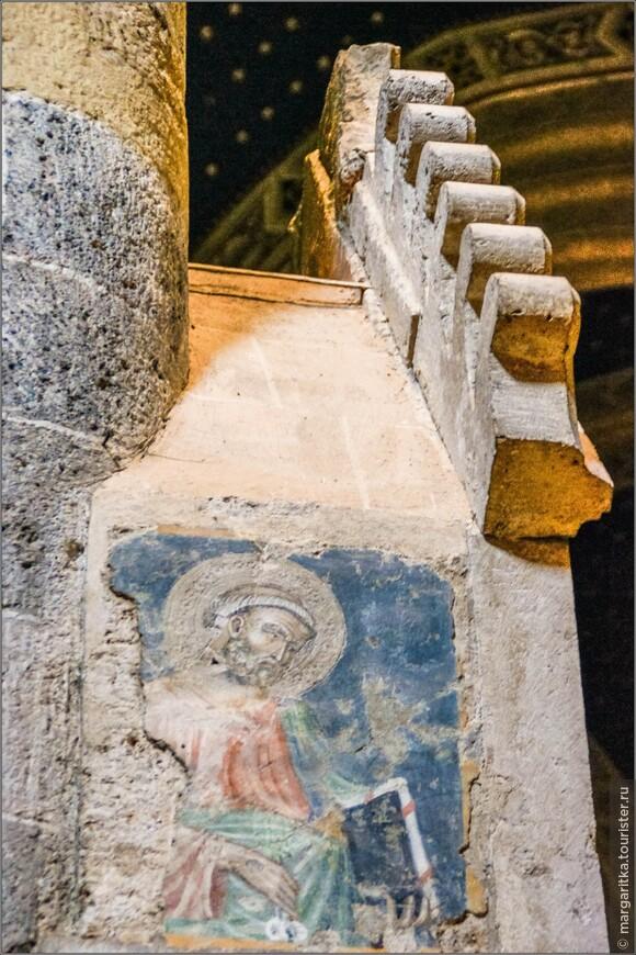 старинные фрески и лаконичные элементы декора