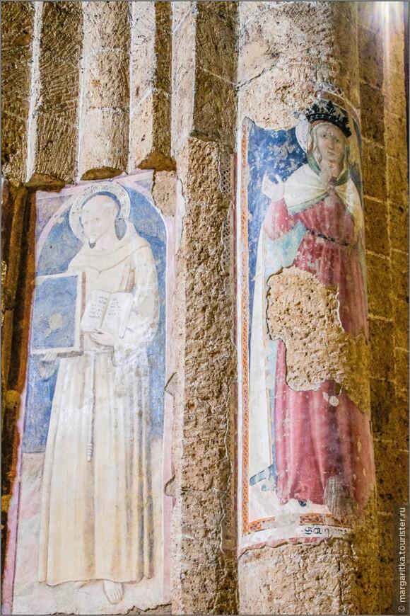 старинные фрески на резных колоннах