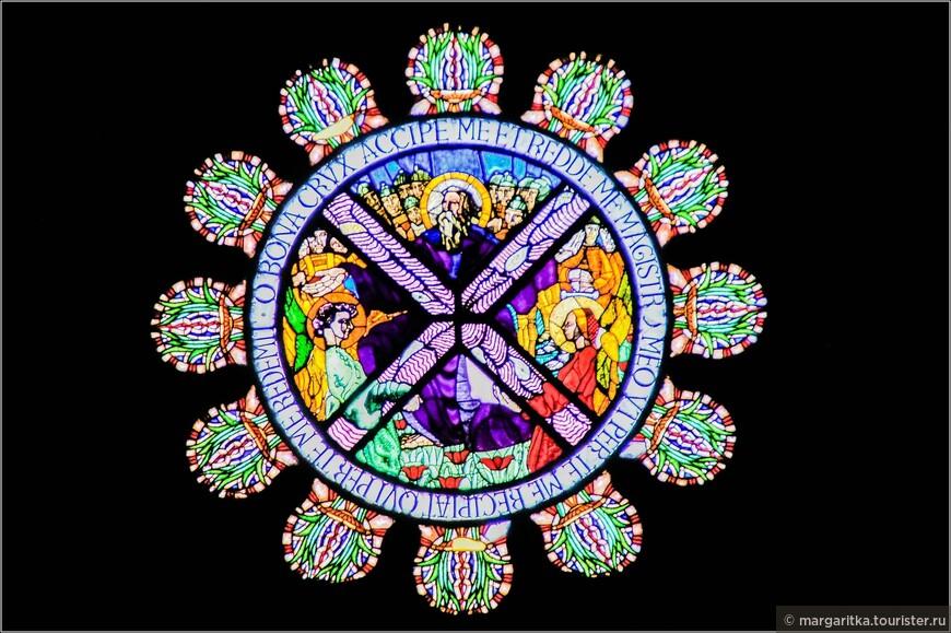витраж в окне-розе с Апостолом Андреем и его «косым» крестом, на котором он был распят головой вниз