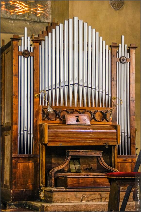 скромный современный орган храма св. Андрея