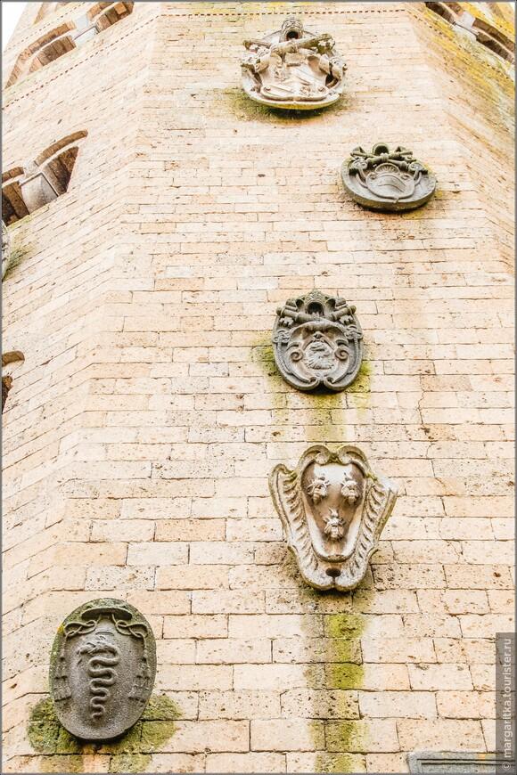 декор колокольни храма св. Андрея, как водится в Италии,  состоит из гербов семейств и гильдий, финансировавших строительство храма