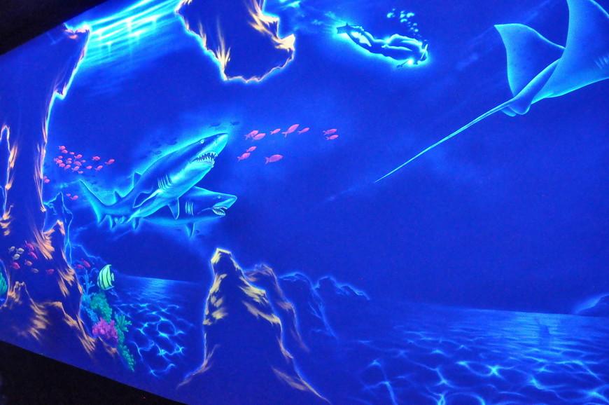 33. В каком-то месте переход оформили рисунками акул… Вместо настоящих акул… В океанариуме…
