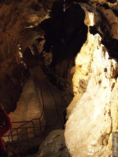 Проложенный путь внутри пещеры