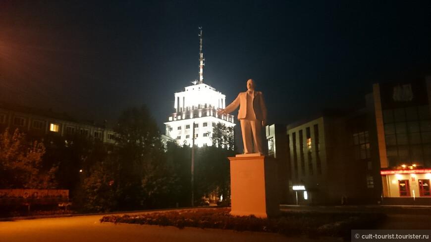 Пока дедушка Ленин вышел размяться, его мавзолей дирижаблем приподнялся над землёй, и как будто ожидает «пассажира», а тот никуда и не торопится.