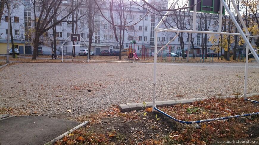 Кто-нибудь пробовал играть в баскетбол на крупной щебёнке?  Веселее только квадратным мячом.