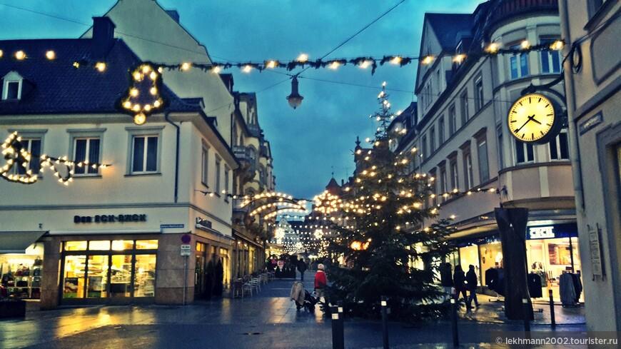 После сытного обеда  захотелось познакомиться с городом Уже смеркалось. Главная улица для шопинга манила своими огнями.