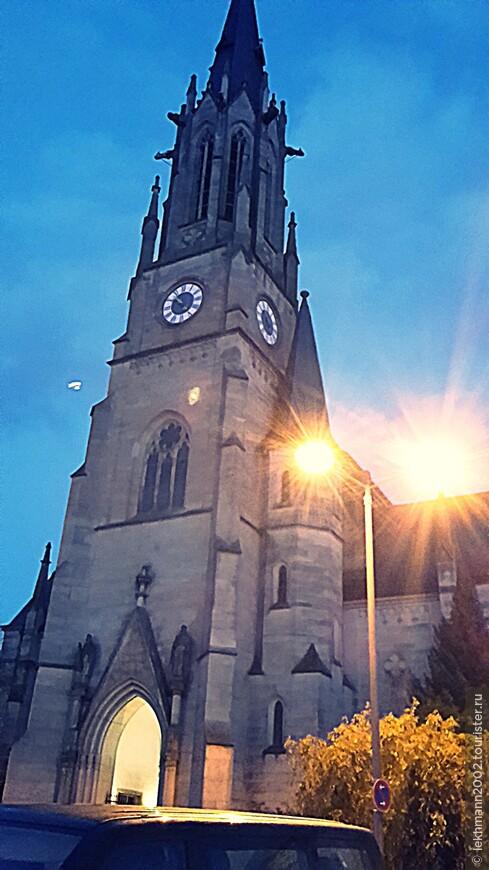 Herz-Jesu Stadtpfarrkirche. Городская католическая приходская церковь  Святого Сердца Иисуса.