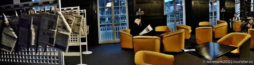 Читальный зал. Здесь можно в тишине уединиться с газетой или журналом, большое множество подшивок которых вы найдёте здесь же.