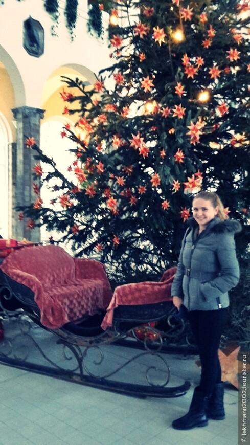 Рождественская ёлка и сани. Не хватает только тройки лошадей!