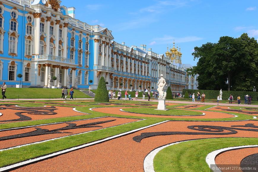 """Во дворце у Екатерины Великой.. лучше один раз увидеть чем сто раз услышать  ..Дворец построен в стиле """"барокко"""" -витиеватый рисунок, покрыт сусальным золотом..Купола на солнце так и блещут , если вы туда попадете в солнечный день, вы увидите всю красоту Екатерининского дворца."""