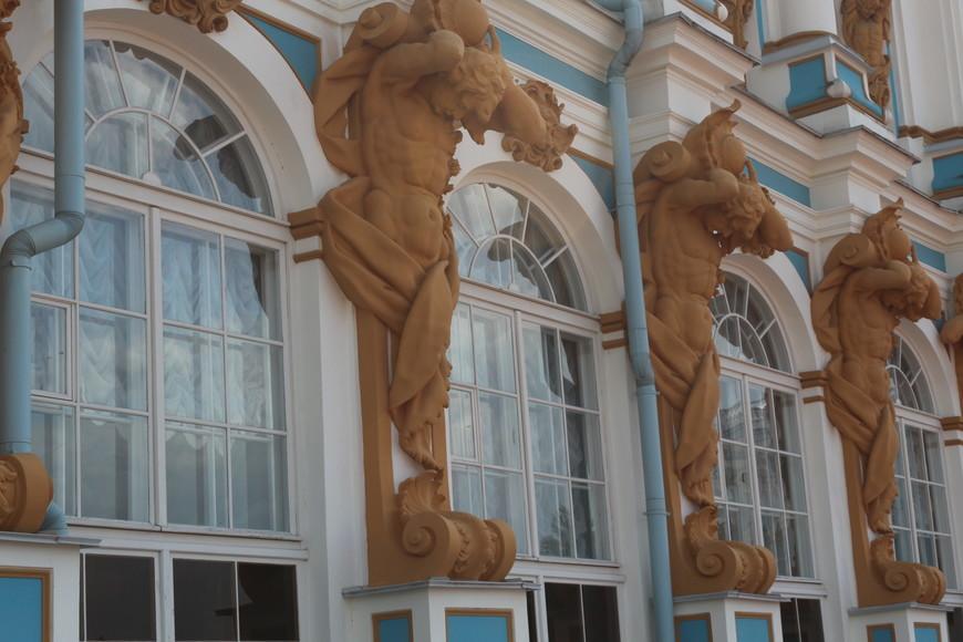 Атланты, держащие свод дворца раньше были золотыми, но после реконструкции их покрасили коричневой краской..