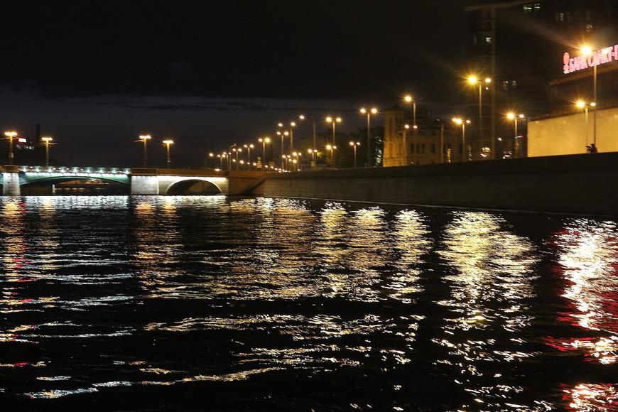 Подсветка мостов и зданий добавляет особую романтику этому городу