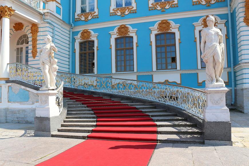 . О екатерининском дворце  можно говорить часами, но никаких метафор не хватит, чтобы по-настоящему описать его красоту в полной мере: это просто надо увидеть. Увидеть, влюбиться и возвращаться туда снова и снова.