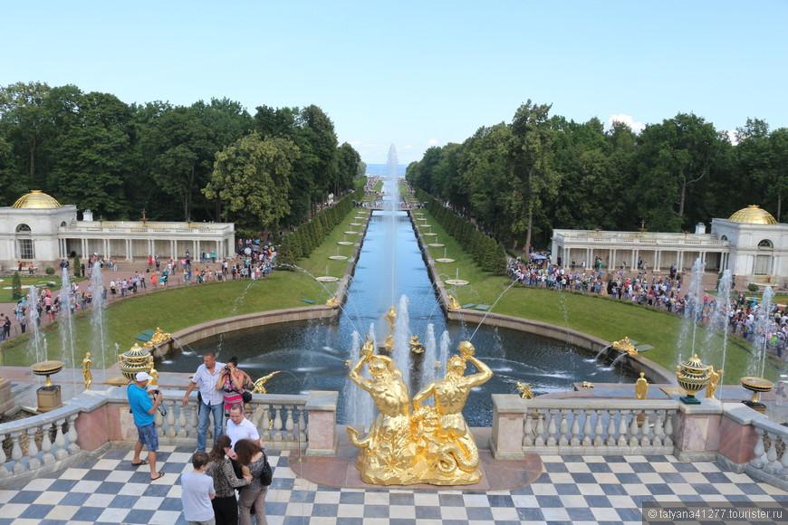 Обычно (в выходные дни) , тьма народа. Все желают запечатлеть себя любимого и близких на фоне этого великолепия. Поэтому, чтобы сделать кадр с фонтаном, нужно подождать, когда кто-нибудь освободит местечко и протиснуться туда.