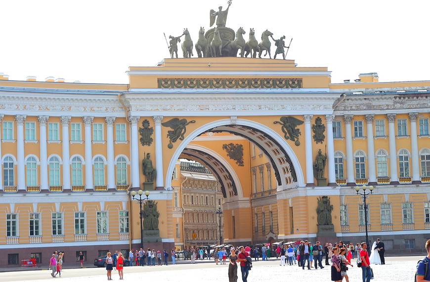 Дворцовая площадь -место притяжения туристов из всех стран.