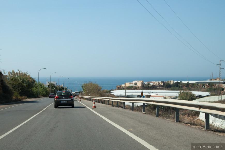 Времени впереди полно, и вскоре после Альмерии уходим со скоростной трассы на местные дороги. Будем глазеть по сторонам.