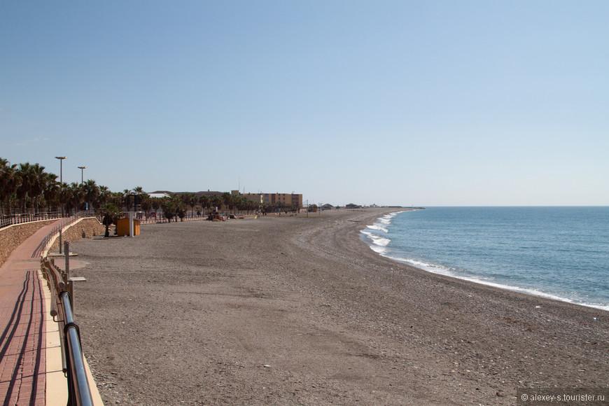 Как обычно в этих местах глубокой (по местным понятиям) осенью - температура под 30 градусов, шикарные пляжи, ласковое море, а народ-то где?