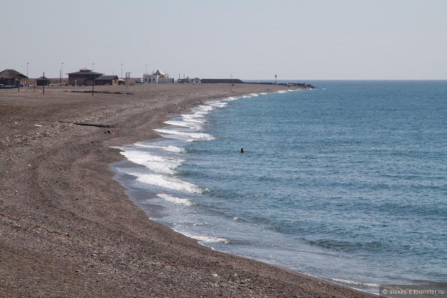 На дальнем конце пляжа можно разглядеть не более десятка человек, а около нас пусто. Странно...