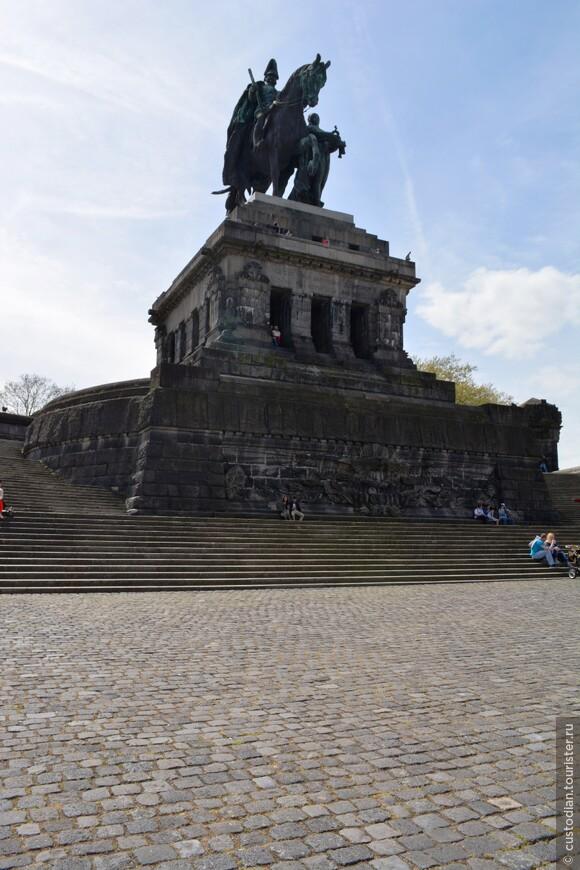 Собственно, сама статуя, можно подняться наверх.