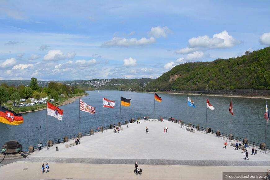 Немецкий угол - здесь река Мозель впадает Рейн. Угол сформирован за счет искусственной песчаной косы. В 1897 году здесь установили статую германского императору Вильгельму I.