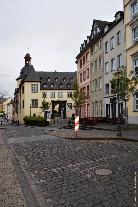 прогуливаясь по улицам старого города...