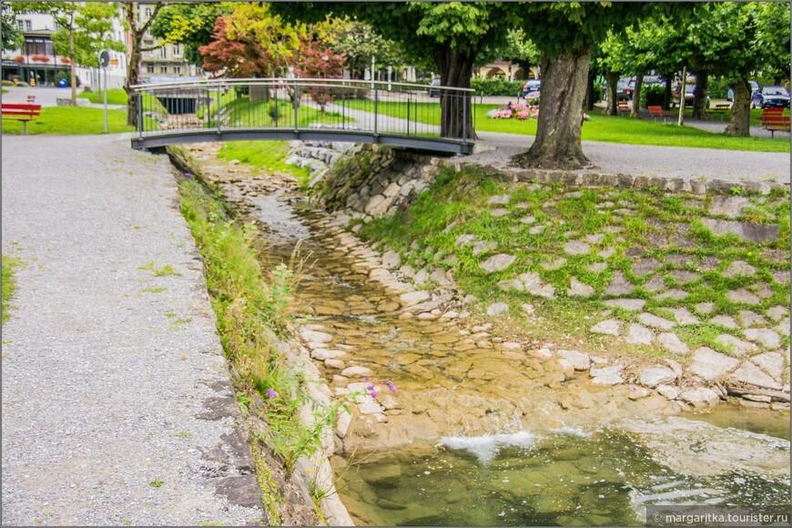 ручеек через центр городка, который авпадает в Walensee