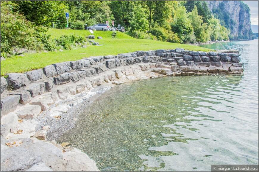 на территории города очень много миниатюрных бухточек, выложенных камнем. Вид одной из них в сторону востока
