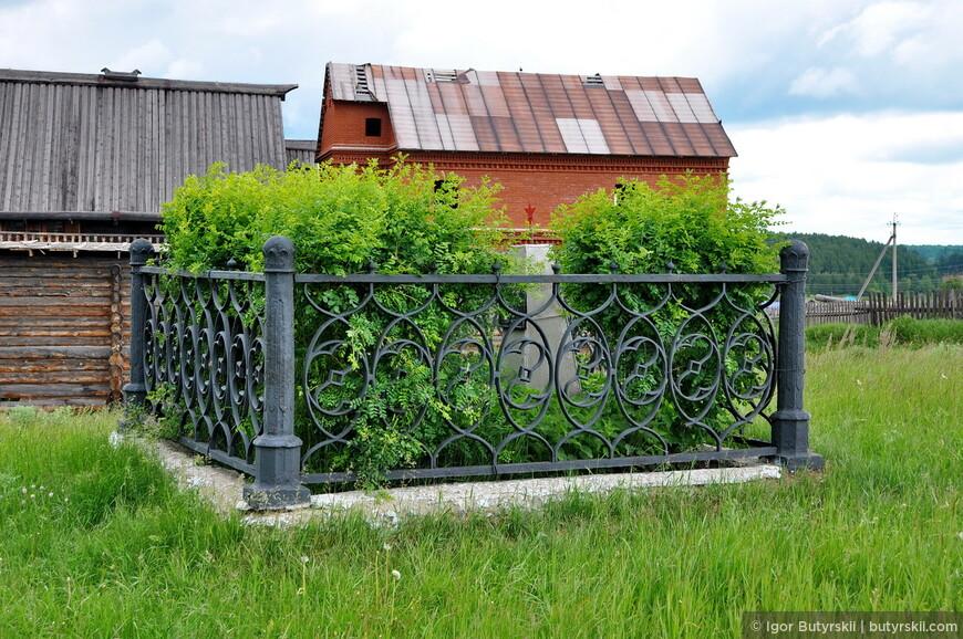 29. Очень интересный памятник. Забор настолько высокий, что поначалу непонятно, что же там внутри.