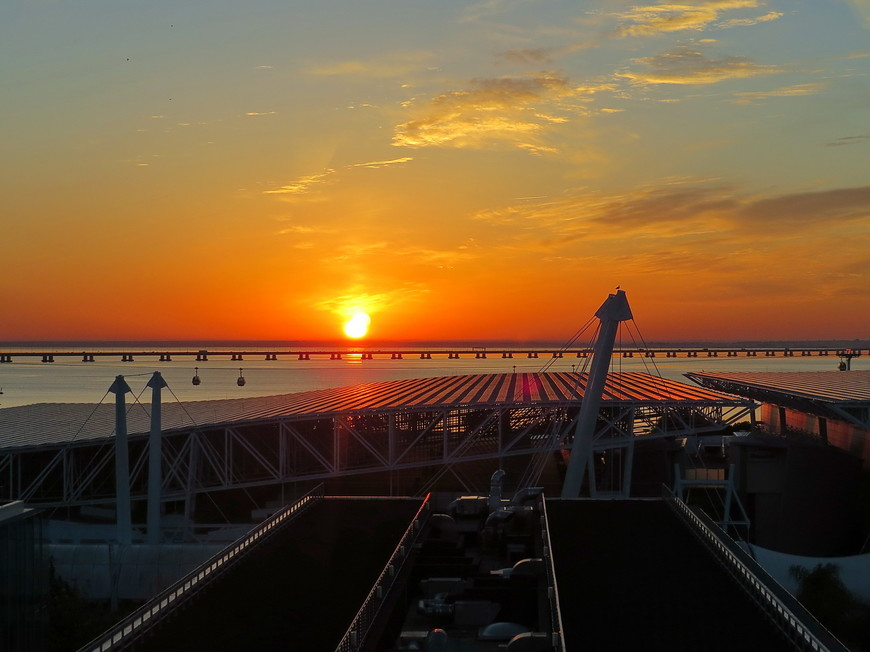Восход солнца над мостом имени 25 апреля. До свидания  . Через несколько часов наш Tap Portugal помашет тебе крылом .