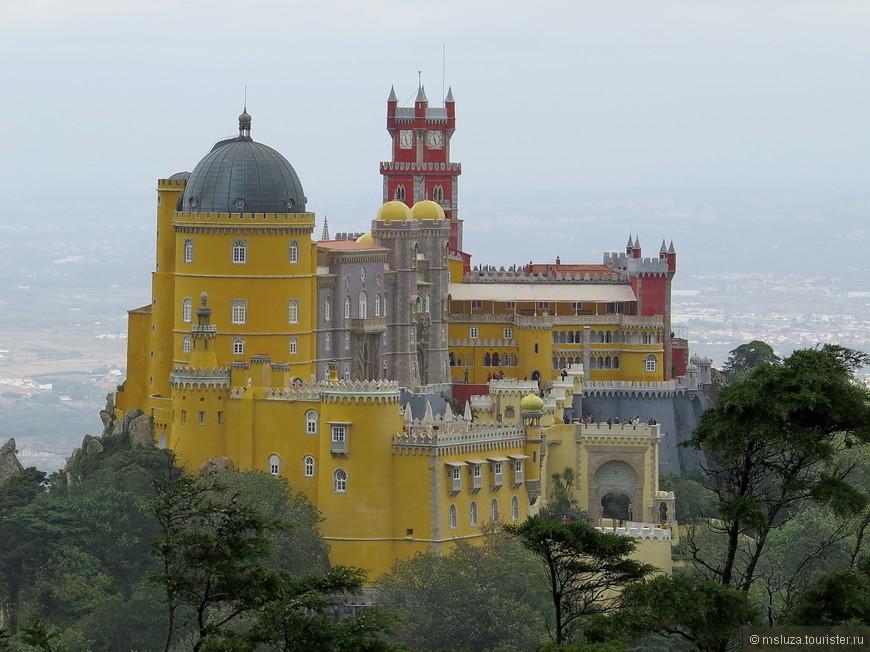 Вид с самого высокого камня на Дворец Пена