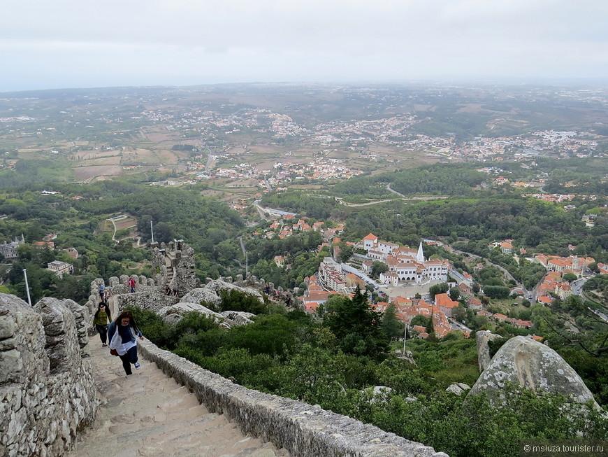 Китайские туристы преследуют . Три девушки попросили сфотографировать на самой верхней башне . Одна держалась за стену руками , две другие схватились за нее . Чтобы не сдуло !