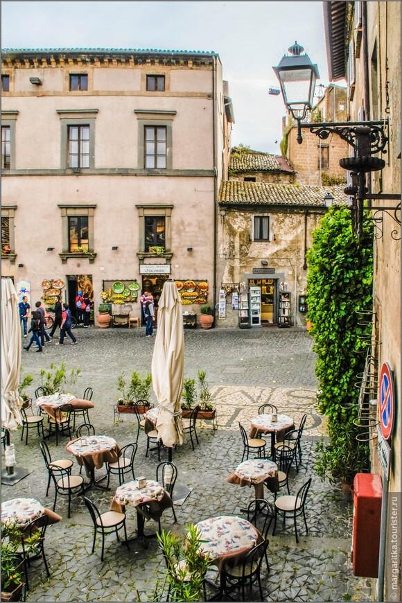 кафе на северой стороне площади Дуомо, около отеля Hotel Virgilio 3* под башней Маурицио
