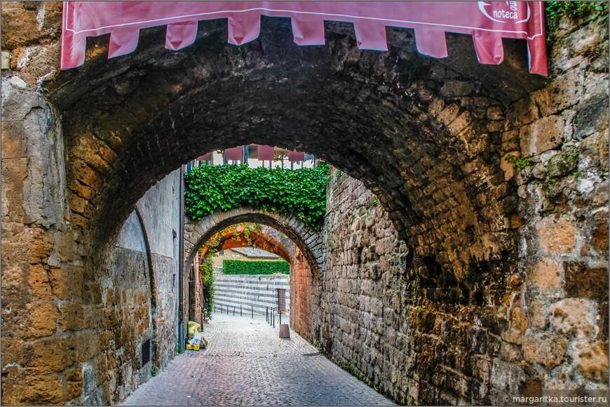 арки и переходы в северной стороне у главной площади орвието