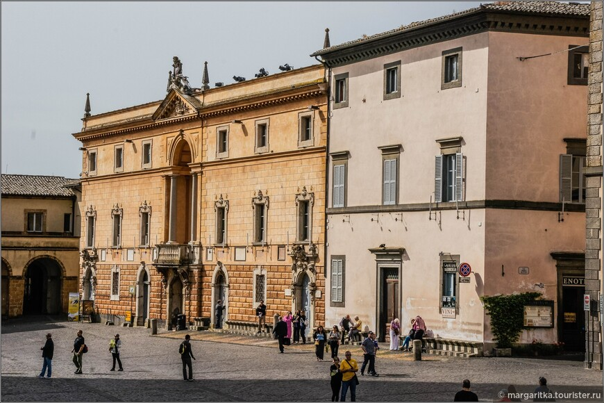 напротив Дуомо - западная сторона главной площади, на которой состредоточены в основном все музеи Орвието