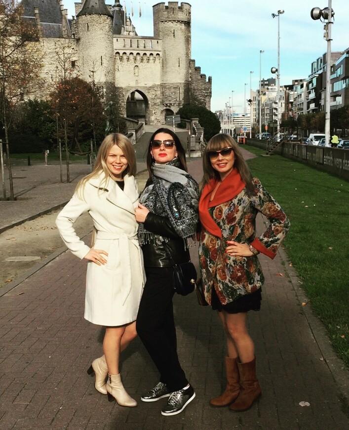 Путешественницы Мария и Алёна, справа я, Виктория. Замок Стеен, Антверпен.
