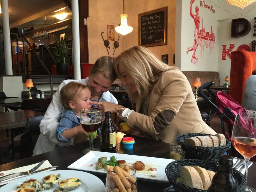 Дегустируем всякие разности в Grand Cafe Антверпена с коллегой Дарьей и ее сыночком Александром.