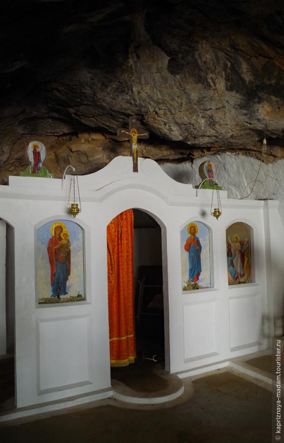 Часовня внутри пещеры в память о погибших греках