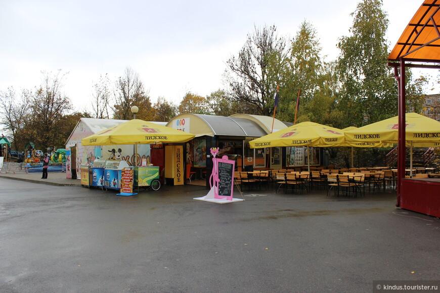 Кафе. Учитывая, что зоопарк в первую очередь рассчитан на детей, не очень логично смотрится реклама лидского пива.