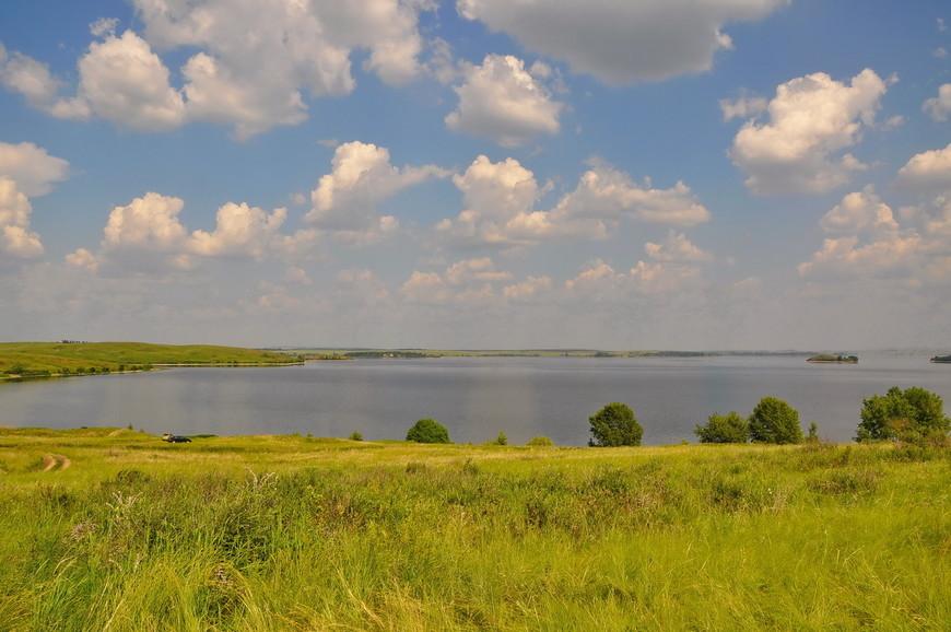 01. При подъезде к городу вас встречает водохранилище. Огромное озеро, местные называют его «морем», оно и понятно, водоемов такого размера на Южном Урале не так и много.