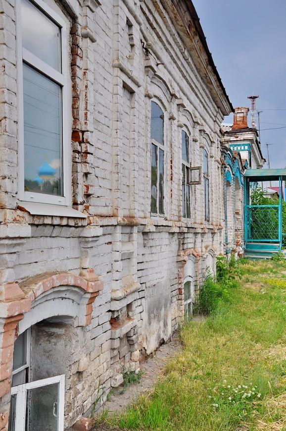 17. Старые здания утоплены в землю. Видел как-то очень интересные раскопки в Казани (90-х годов), когда под землей был целый этаж.